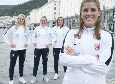 Maren Mjelde (fremst) leder Norge ut på Stadion til kveldens landskamp mot England. Resten av de lokale er Amalie Eikeland (t.v.), Vilde Bøe Risa og Kristine Minde. FOTO: MAGNE TURØY