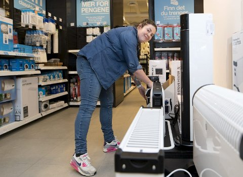 429 prosent:  Butikksjef Christine Jacobsen ved Clas Ohlson på Vestkanten melder om en formidabel økning i salg av eleketriske ovner. FOTO: SKJALG EKELAND