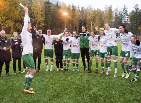 DET SYNLIGE BEVISET: Vestfossen-laget har fått pokalen som det synlige beviset på at de er serievinnere i tredjedivisjon. Neste sesong venter en ny hverdag for laget.