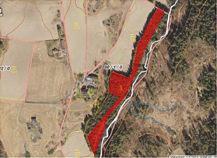 AVSLAG: Pål-Stian Askheim har fått avslag på nydyrking (rødt felt) på grunn av erosjonsfare.
