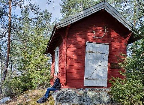 GJENGRODD: Kjell Buene som her tar seg her en pust i bakken ved fløterstua på Kverk, etterlyser at elvestien fra Hellefoss og nordover holdes ved like.