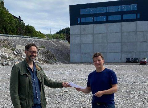TOMTA ER OVERLEVERT: Jone Omdal og Eigersund kommune har kjøpt tomt på Langholmen av Terje Jørgensen jr. og Egersund Næringspark Langholmen AS. Grunnarbeidene starter etter planen i begynnelsen av juli.