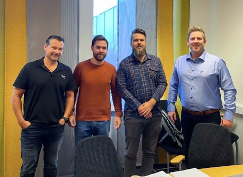 SIGNERTE KONTRAKT: Frå venstre er Gøran Lunde, Kim Pedersen og Benjamin Leifsen, alle prosjektleiarar i Otera Traftec og Tom Egeli, dagleg leiar i V&T Entreprenør AS.