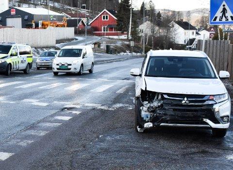 AUSTAD: En personbil skled inn i en buss på Austadveien søndag ettermiddag.