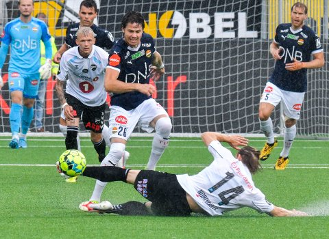 VANT 1-0: SIF og Lars Vilsvik (i midten) slo Odd 1-0 hjemme i sommer. En seier mot Odd borte lørdag sikrer plassen.