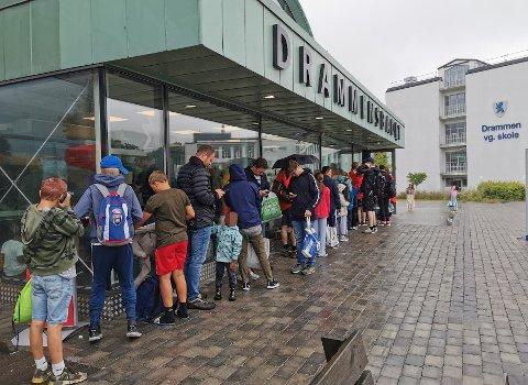 STOR PÅGANG: Det har vært stor pågang av badegjester ved Drammensbadet i sommer, og tidvis lang kø. Daglig leder Kristina Vinda sier badet er nøye med å følge retningslinjene. (Bildet er tatt tidligere i sommer).