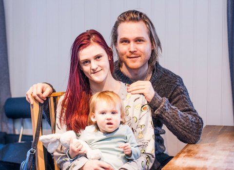 F.v. Mor Heike Christine Thea Berg Flyum (24) fra Skjetten, sammen med mannen Martin Røed Flyum (29) også fra Skjetten, sammen med    datteren Saga Mari Berg Flyum på 19 måneder. Paret gleder seg stort over den langt bedre tilværelsen med datteren.