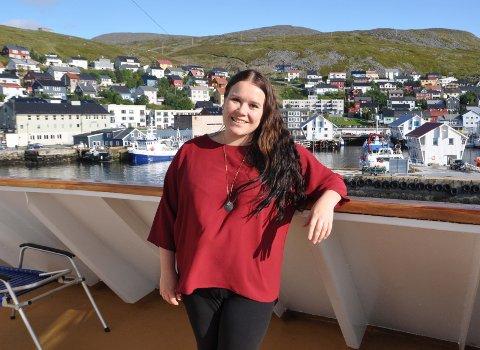 VED KAI: Solen skinte da Sigrid Mogård-Jansen kom med «Trollfjord» til Honningsvåg for å møte lokale næringslivsaktører.
