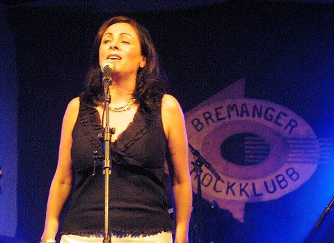 Mary Black i aksjon i konsertteltet i Iglandsvik då Bremanger Rockeklubb hadde 20-års jubileum.