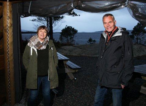 DUGNADSARBEIDERAR: Irene Hjorthol og Ole Martin Bøe uroar seg for at sjamanistforbundet sine aktivitetar skal skremme vekk andre som ønsker å bruke gapahuken på Sørstrand.