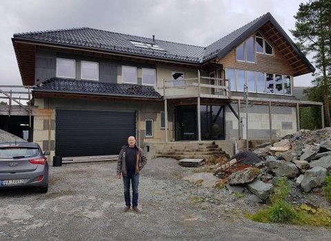 FRUSTRERT: Husbyggjar Henning Langva Kalsvik i Svelgen forstår ikkje kvifor han får avslag frå kommunen på søknad om tilskot for husbygging.