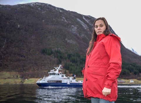 UTFORDRINGAR: Dersom vegen vert stengt og det ikkje er flygeforhold for helikopter, er ferje over fjorden einaste utveg for innbyggjarane på sørsida i Høyanger. Men denne ferja har kommunen ingen beredskapsavtaler med, fortel Silje Knutssøn.