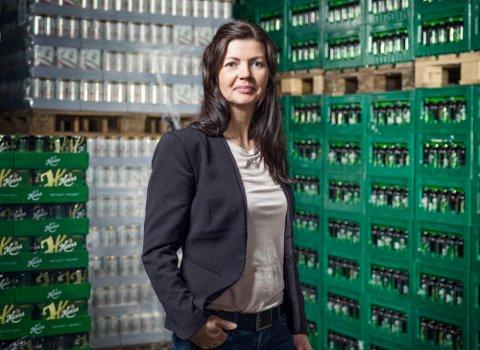 ØKTE UTGIFTER: Kommunikasjonsansvarlig i Hansa Borg Bryggerier, Anette Karlsen, forteller at de økte avgiftene vil gi bryggeriet 17 millioner kroner mer i merkostnad neste år.