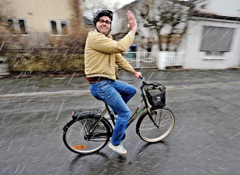 «Sykkelambassadør»: Atle Jensen, alias Rune Beige, som munter syklist. – Det er til sist opp til hver enkelt av oss om Fredrikstad skal bli en sykkelby, skriver Jan Henrik Lund.