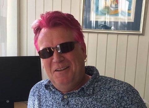 SJOKKROSA: Rektor på Åttekanten skole på Hvaler sjokkerte alle med rosa hår. Øystein Dolve farget håret etter et løfte til en elev.