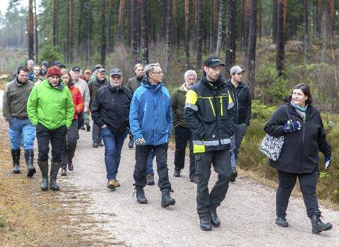 FAGLIG VANDRING: Deltagerne på «brubyggerdagen» får seg en lang spasertur i Fredrikstadmarka for å se på hugst.