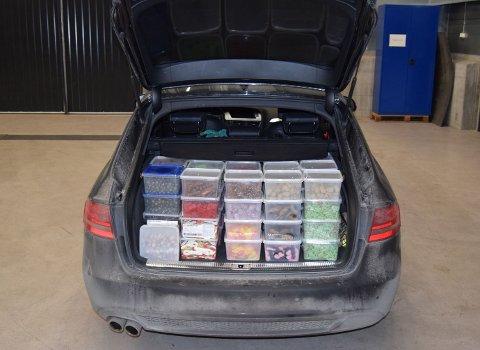 I bagasjerommet på bilen fant tollerne smågodt for tolv tusen kroner.