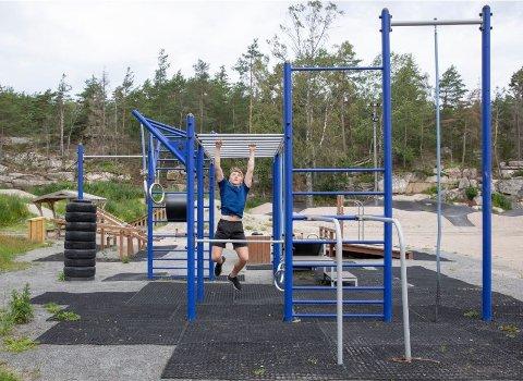Egentrening: Det er flere aktivitetsparker og andre gratis treningstilbud i Fredrikstad. Her trener Jesper Leiro (16) på anlegget ved Trondalen på Gressvik. Nå har kommunen laget en ny plan for å få flere i aktivitet. Foto: Ida Christin Foss