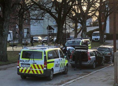 AKSJONERTE: Her undersøkes bilen på Trosvik torg torsdag ettermiddag.