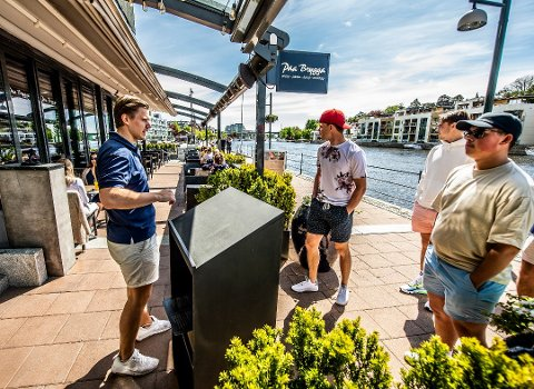 BRYGGA: Langs brygga og i Fredrikstad sentrum, ligger en lang rekke serveringssteder. Bildet er fra uteserveringen til Paa Brygga.