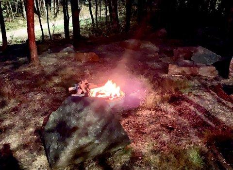 Det var full fyr i bålet da turgåeren kom forbi sent mandag kveld.