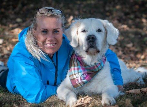 – Jeg er jo redd for at vi nå i koronaperioden får hunder og hundeeiere med problemer som er spesifikke for den tiden vi nå er inne i, sier den rutinerte hundetreneren Gro Heidi Hassing.Her med Leo, som ikke lever lenger.
