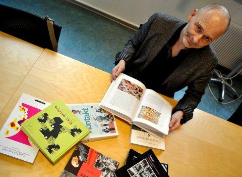 PRODUKTIV LÆREBOKFORFATTER: Tommy Moum har 17 lærebøker på CV'en. Han legger vekt på å sette ideene og hendelsene i perspektiv.