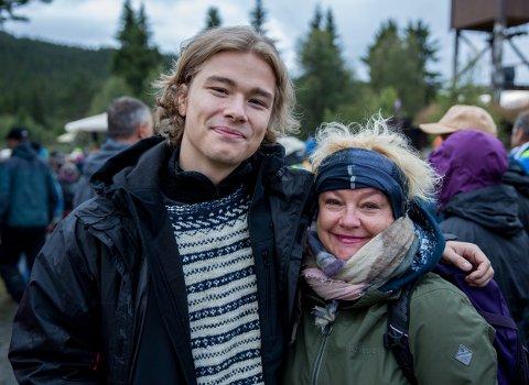 Jonas Hoff Oftebro og Anette Hoff var stolte over storebror Jakob og pappa og ektemann Nils Ole Oftebro på Gålå fredag kveld.