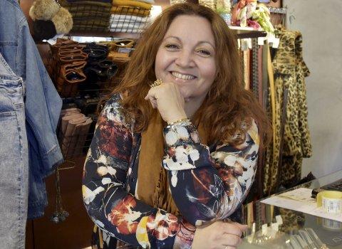 – BLIR ALDRI LEI KLÆR ELLER FOLK: Hege Kamperud har jobbet med klær i 21 år i Storgata 57.Alle foto: Karin Doseth