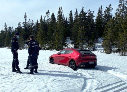 BISLINGFLAKA: En bilfører forvirret seg inn i skiløypene på Mylla lørdag kveld. Søndag var politiet på plass.