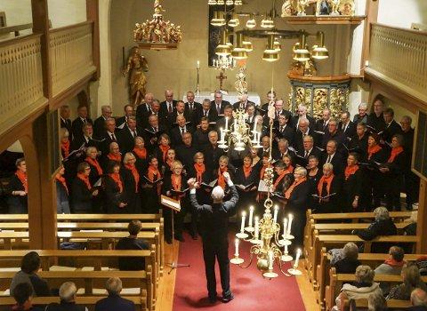 KOR I AKSJON: To gode og erfarne kor ga en nesten fullsatt kjørke en fin og stemningsfull konsert.