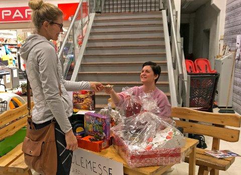 INVITERER TIL MESSE: Tonje Sollie (til høyre) ønsker alle velkommen til julemesse på Jaren misjonshus lørdag 1. desember. Hun selger lodd til basarbøkene både før og under messa. Elisabeth Bjølverud er blant dem som har vært tidlig ute med å kjøpe lodd.