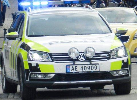 Mannen kolliderte med en politibil med sirener og blålys.