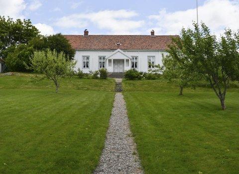 1: Hovedbygningen på Arestad prestegård er 21 meter lang og 11 meter bred. Den har vært i Aremark historielags eie siden 1975, og både hus og hage har vært gjennom en voldsom restaurering.