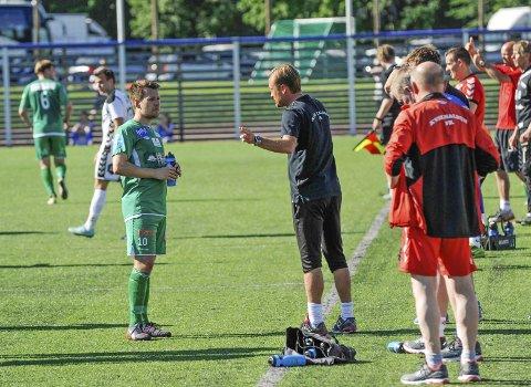 INSTRUKSJONER: Mathias Engebretsen får instruksjoner fra trener Glenn Ståhl under en vannpause i varmen på Sørlandet lørdag. Alle foto: Kristian Bjørneby