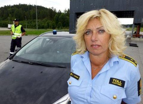 FÅR HJELP: – Politiet kommer når vi trenger dem. Hvor i fylket de kommer fra, har ingen betydning for oss, sier Wenche Fredriksen ved Svinesund tollsted.