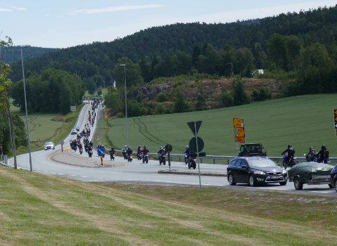 PÅ TUR: Lang, lang rekke med mopeder og MC-førere.