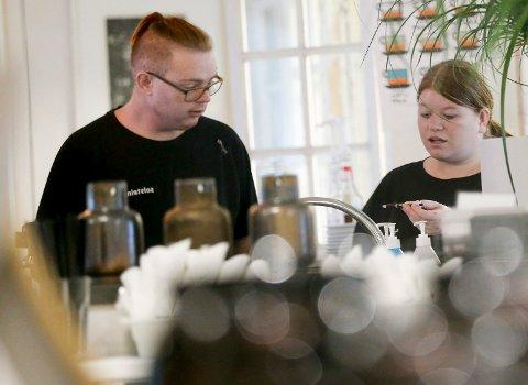 TRIVES PÅ ARBEIDSPLASSEN: Ved Vili og Ve på Åkra har Olav Andre Hansen og Katrine Skeisvoll varierte arbeidsoppgaver.