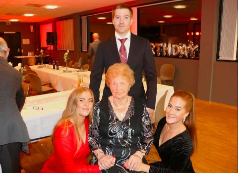 KARI MED OLDEBARN: Trillingene Åsa Helene Mæland, Johannes Mæland og Berit Elise Drivenes Mæland, sammen med Kari Østebø.