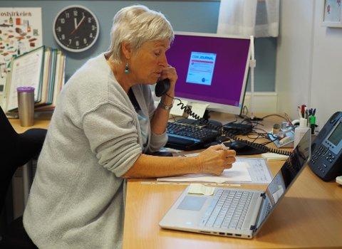 SMITTESPORING: Karmøy kommune var tidlig ute med å etablere eget smittesporingsteam. Helsesykepleier Gunvor Tyse er et av teammedlemmene som kontakter koronasmittede og nærkontakter.