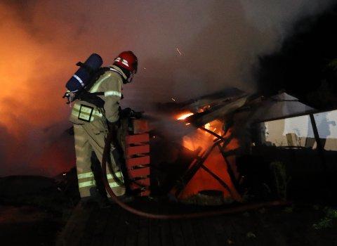 ETTERFORSKER: Politiets teori er at brannen på Melkevik Camping er påsatt av en person med relasjon til stedet.