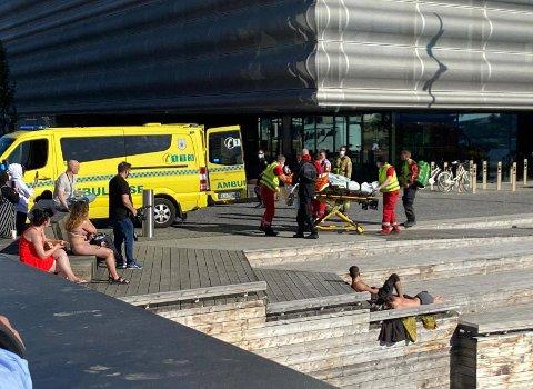 FRAKTET BORT: Mannen ble fraktet til sykehus i ambulanse.