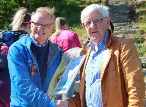 En rekke turgåere var på vei opp trappa da Bjørnar Nyland (t.v.) fik ros og heder av Asgeir Almås som leder Sagavegforeningen.