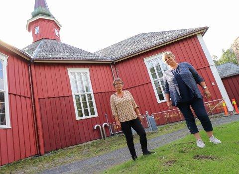 Berit Hundåla, her sammen med Kari Sjursen, har vært på befaring på Dolstad. Planen er å lage en minnelund, og kanskje kommer det også et krematorium.