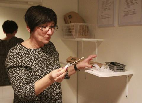 TEST SELV: Med støtte fra fylkeskommunen går Tana og helsesøster Ingunn Eriksen nå i gang med å tilby selvtesting for klamydia.