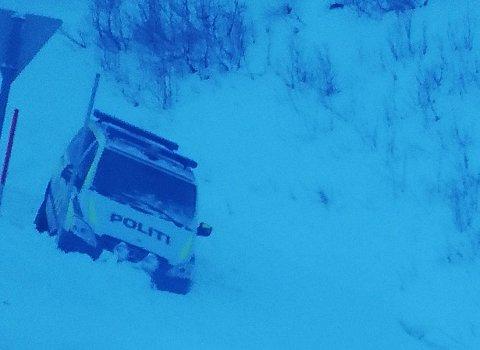 GLATT: Onsdag havnet en politibil i grøfta. Glatte veier skal være årsaken.