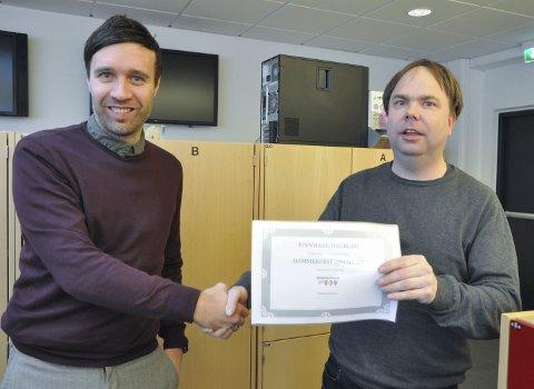 FD ER MED: Finnmark Dagblad og redaktør Arne Reginiussen er en bidragsyter til Hammerfest Arena, til stor glede for     daglig leder Steve Sivertsen i HIF/Stein. Foto: Trond Ivar Lunga