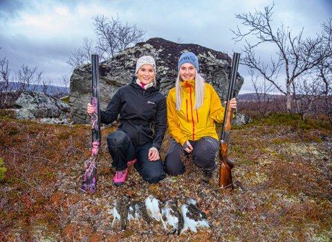 JEGERE: Solveig Heggeli Slettvoll (22) fra Bossekop og Ronja Fallsen fra Isnestoften har vært jegere i tre år. – Jakt er opplevelser, adrenalin og mestringsfølelse, sier jentene.