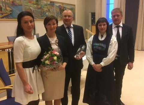 FØRSTE PAR UT: Willy Åsheim (55) og Inara Åsheim (59) var de første til å gifte seg i Alta rådhus. Ordfører Monica Nielsen har hatt rundt 10 vigsler siden den gang. Til sammen har kommunen viet 15 par i 2018.