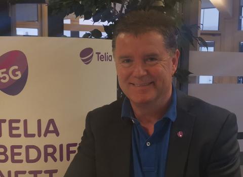 Inge Nordgård i Telia er fornøyd med at 5G nå er på plass i Honningsvåg.